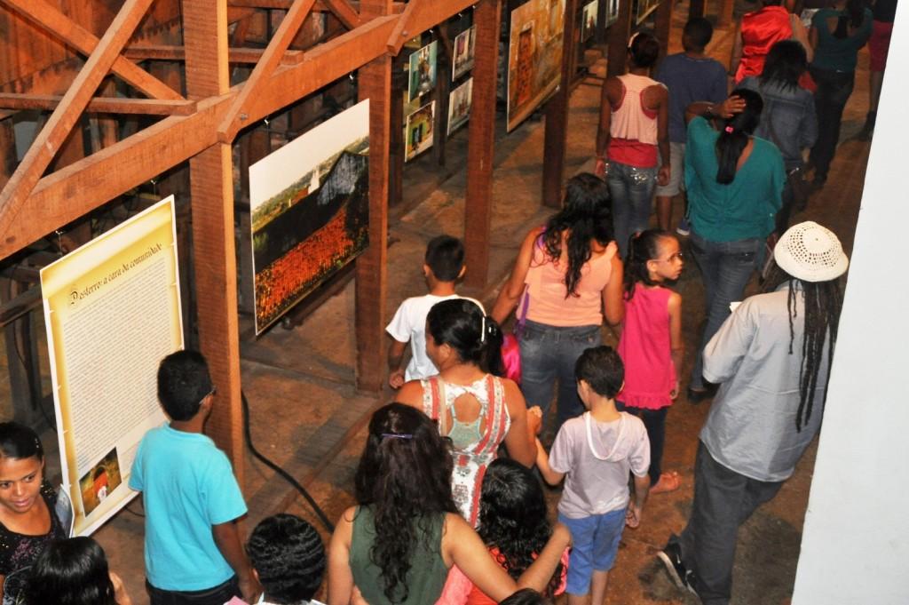 Crianças caminham entre escoras de madeira na Fundação da Memória Republicana Brasileira, durante a 8ª Feira do Livro
