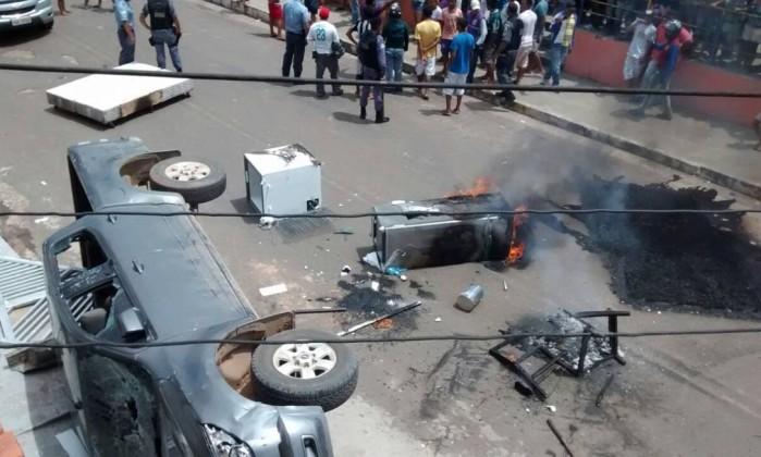 Carro foi virado em protesto em Coari