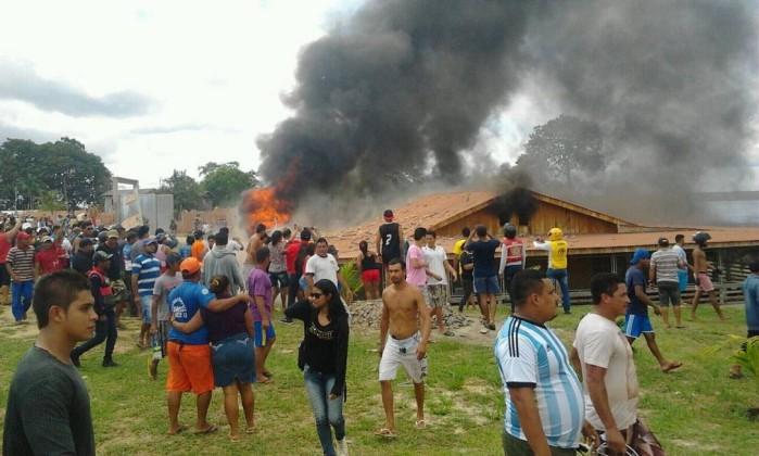 Casa do prefeito de Coari é queimada por parte da população