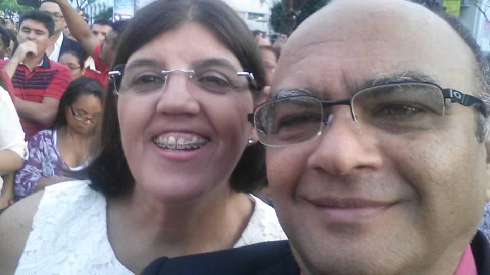 Chico Gonçalves e a esposa Maria Virgínia, em alegria durante a posse do governador Flávio Dino, que deu emprego aos dois