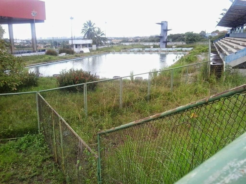 Palco de diversos campeonatos e torneios de natação, piscina do Complexo Esportivo do Castelinho virou monumento ao descaso e à incompetência