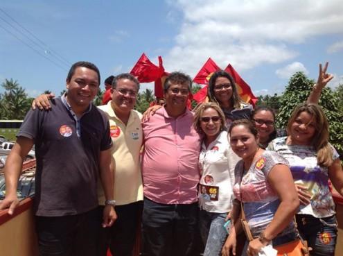 Walter França Júnior, ao lado do senador Roberto Rocha, do governador Flávio Dino, e do sua esposa, a vice-prefeita de Godofredo Viana, Karinne Silva Andrade (de óculos)