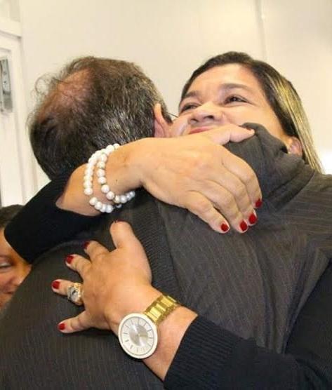 O secretário e a subsecretária de Saúde do Maranhão, Marcos Pacheco e Rosângela Curado, em abraço-disfarce, após crise por descoberta de suposto esquema na Pasta