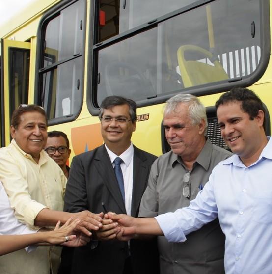 Acompanhado do governador do Maranhão, prefeito Edivaldo faz festa com entrega atrasada de parte dos ônibus que deveriam ser novos