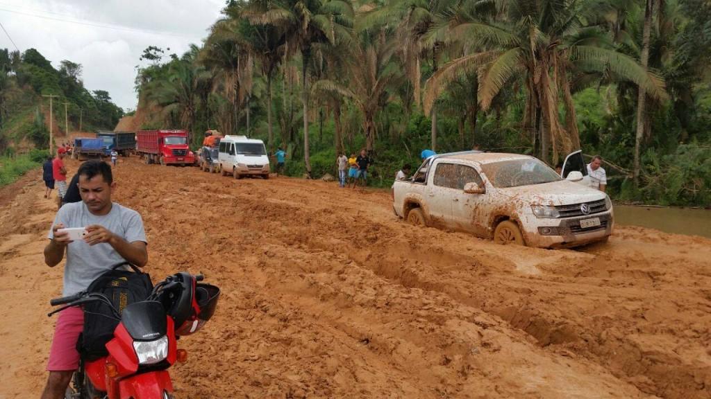 MA-245, entre Lago da Pedra e Lagoa Grande, estrada onde até veículo traçado fica atolado. Governo acredita ter melhorado vida da população emitindo CPF e RG