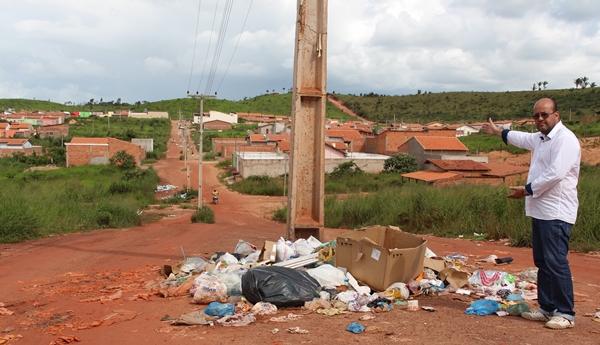 Vereador mostra o problema enfrentando pelos moradores do Residencial Ouro Verde