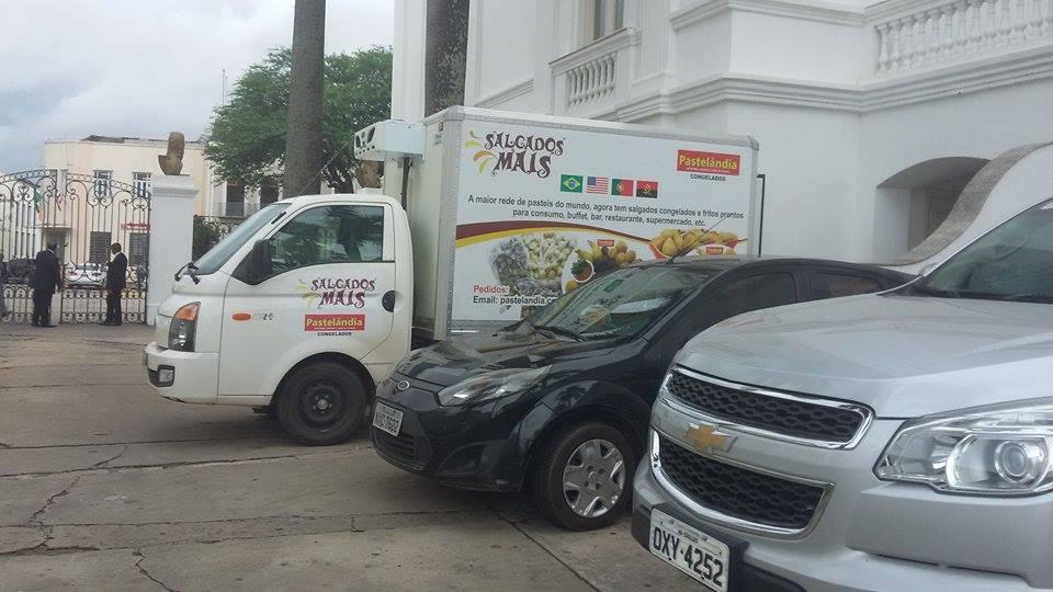 Caminhão de salgados abastece Palácio dos Leões