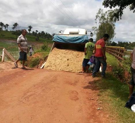 Obra mal feita pelo governo Dino despencou um dia depois de inaugurada