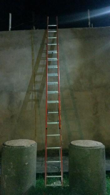 Escada utilizada para o resgate dos presos foi abandonada no local