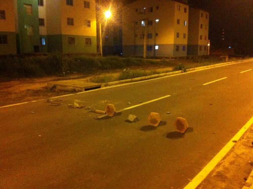 Bandidos espalharam pedras na IV Centenário para facilitar assaltos