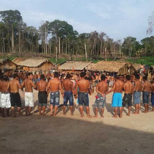 Cerimônia dos Ka'apor durante enterro do líder indígena