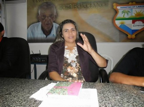 A vereadora Luciane Aguiar, de mãos abertas para o dinheiro do programa federal e dos cargos acumulados irregularmente
