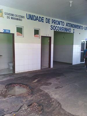 Além dos buracos na entrada na unidade, banheiros do Socorrinho I estão sem portas