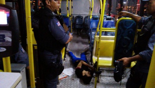 Assaltante e passageira foram baleados
