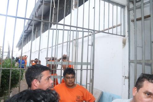 Presos sendo retirados das celas, no momento da visita da CPI, para passar a impressão de que superlotação na Cadet  diminuiu