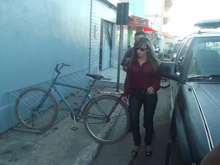 Delegada Clenir chegando à Delegacia Regional de Imperatriz, após ser presa por extorsão ao blogueiro