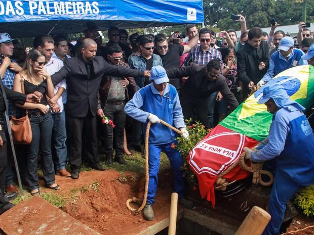 O corpo do cantor foi enterrado no cemitério Jardim das Palmeiras