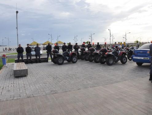 Policiais e viaturas que serão usadas no trabalho na Avenida Litorânea