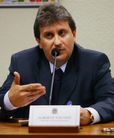 O doleiro Alberto Youssef, durante depoimento na CPI da Petrobras, entregando raposismo de Waldir Maranhão