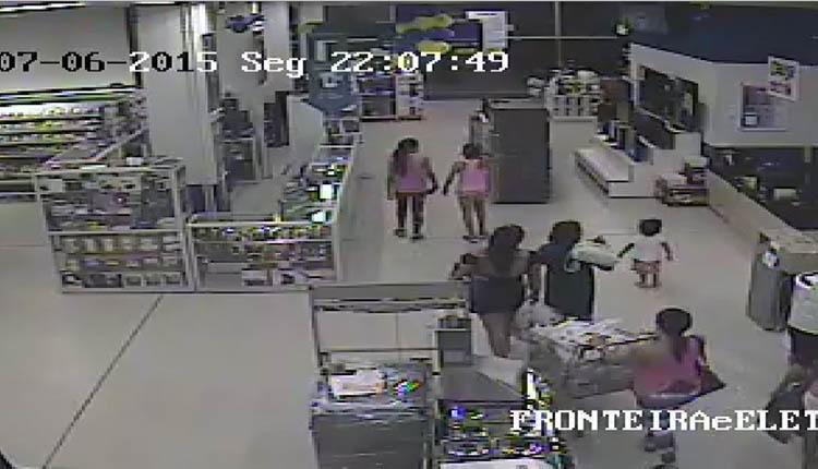 A menina se afasta e sai sozinha, em meio a um grupo de clientes