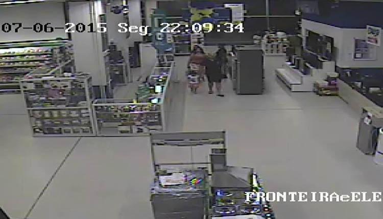 Cliente leva a menina até a família, que permanece dentro do supermercado