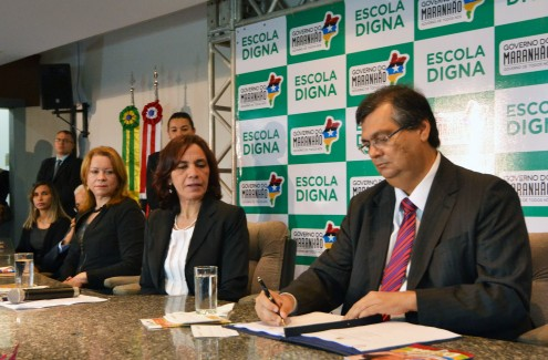 Flávio Dino, ao lado da secretária Áurea Prazeres lança o 'Escola Digna'. No balcão, as cartilhas produzidas pela Escala e pagas pelo governo à Pública