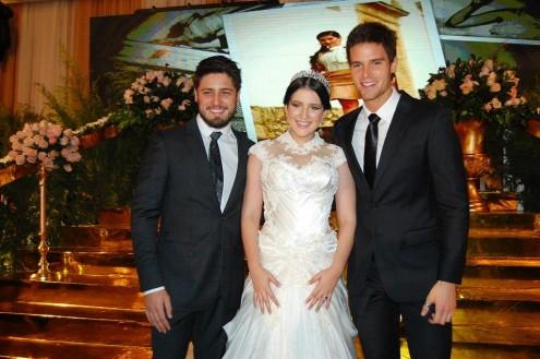 Globais Daniel Rocha e Jonatas Faro com Luisa Bronzeado, durante noite de princesa oligarca da neta de Humberto Coutinho