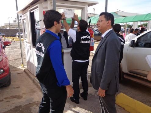 Equipe do Procon em ação de fiscalização em estacionamentos de São Luís