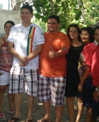 O secretário de Segurança do Maranhão, cercado pela envolvida com agiotagem e o filho desta, Rodrigo da Iara, pré-candidato a prefeito do município