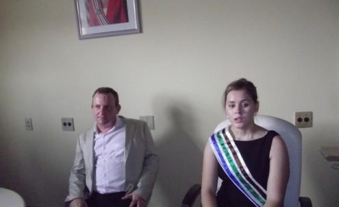 A prefeita de Bom Jardim, Lidiane Rocha, sempre acompanhada em seu gabinete pelo esposo, que participa de tudo no município