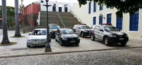 Em São Luís, Praça Nauro Machado vira estacionamento da Cúpula da PM