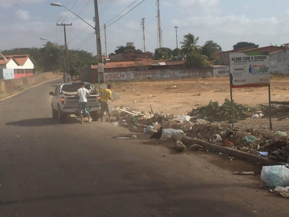 Placa que apontava valor e prazo para a obra foi substituída pela própria prefeitura por uma que prova que o local virou lixão