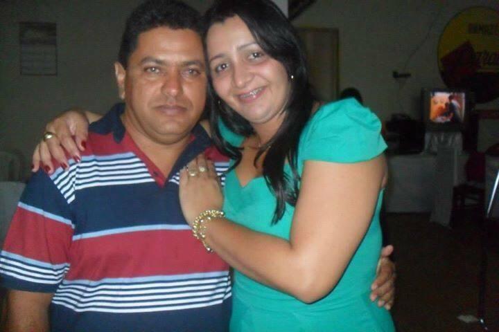 Katiane Chaves abraçada ao esposo, Haroldo Barroso, irmão de Márcio Jerry