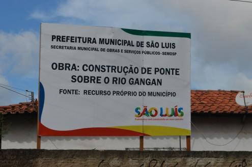 Placa colocada por Edivaldo Holanda Júnior em 2013 mostra que havia, sim, recursos para a construção da ponte Pai Inácio