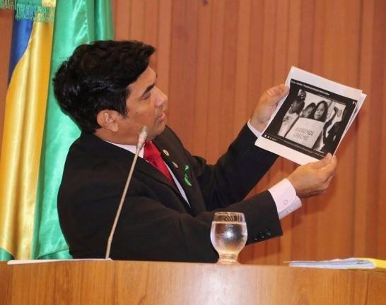 "Wellington do Curso mostra parte de um vídeo de campanha onde Edivaldo já prometia as creches por ser ""conselheiro de Dilma"""