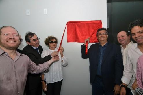 Governador descerrando a placa de um hospital inaugurado, mas que não funciona