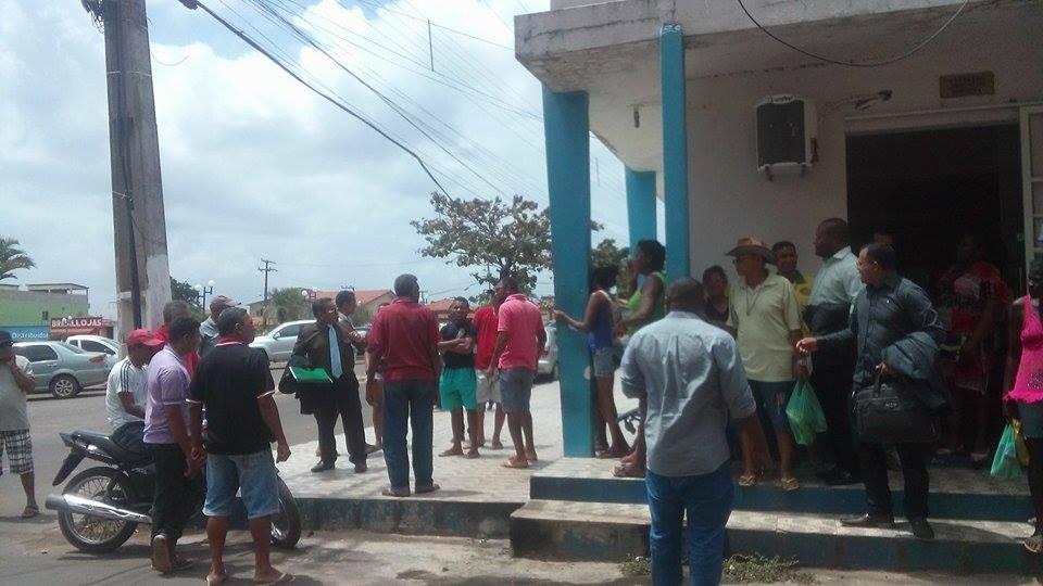 População se concentra em frente à Câmara Municipal de Bacuri, durante manifestação pela cassação do prefeito da cidade