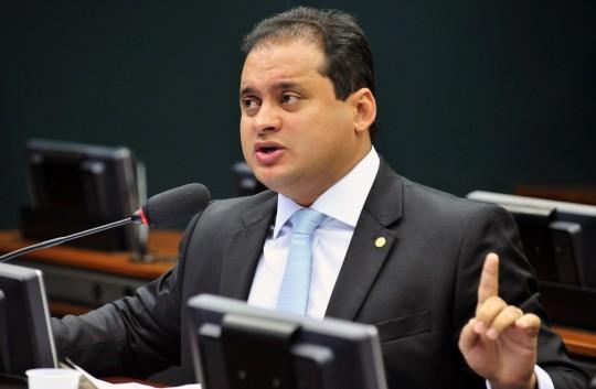 Substitutivo de Juscelino Filho ao 215/2015 dá direito à políticos da estirpe de Weverton Rocha de terem passado 'esquecido' na internet