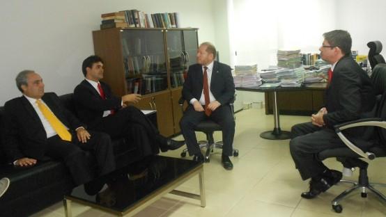 O procurador Régis Primo da Silva, em setembro de 2013, ouve atentamente os então oposicionistas - hoje governistas - Rubens Pereira Júnior, Othelino Neto e Marcelo Tavares