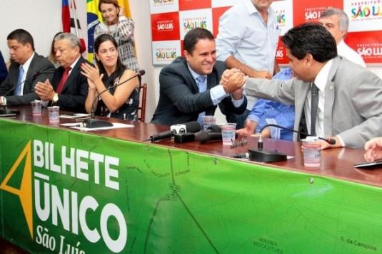Edivaldo Holanda Júnior e o secretário Márcio Jerry comemorando lançamento do Bilhete Único; usuário não deve ter a mesma reação de euforia a partir do próximo dia 14