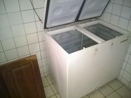 Congelador não foi um dos poucos eletrodomésticos que não foram levados pelos ladrões, mas a merenda escolar não escapou do roubo