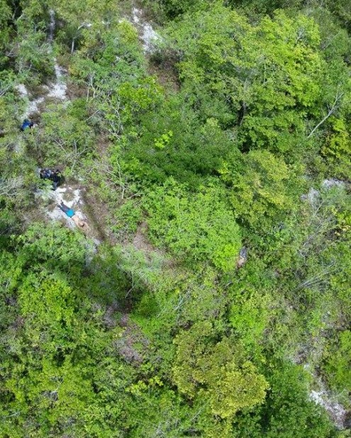 Imagem aérea de bandidos mortos em confronto com a Cosar após assalto a agência dos Correios no município de Morros