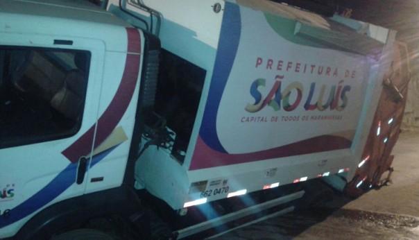 Caminhão de coleta ficou preso em buraco no asfalto