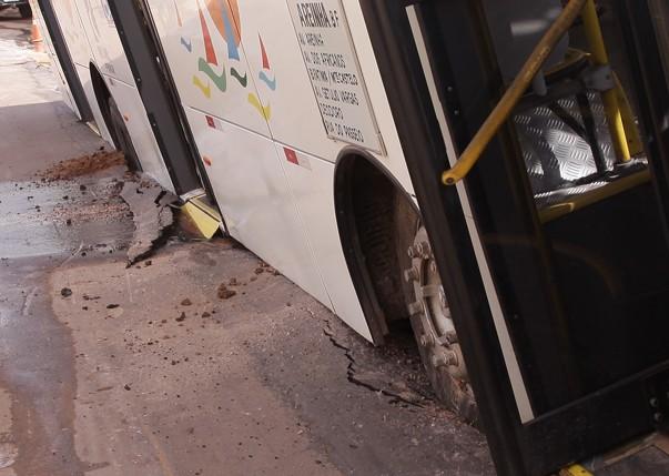 Na Areinha, ônibus também caiu em buraco do asfalto que cedeu