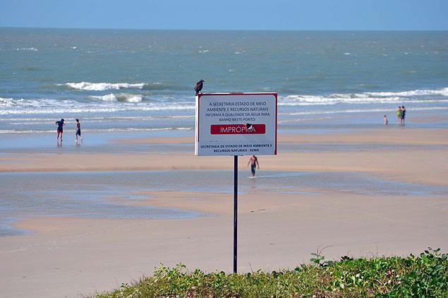 Placa que indica que a praia do Calhau é imprópria para banho foi fixada desde o início do ano passado, e não deve ser tirada tão cedo