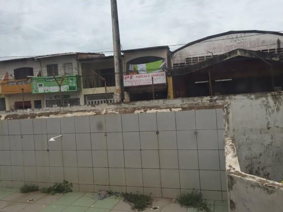 Muro da creche escola está sem cerca de proteção. A que ainda existe, está velha e enferrujada