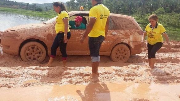 Atolados no lamaçal, conselheiros tutelares ficam impossibilitados de continuar o trabalho