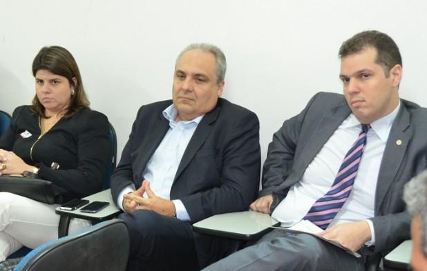 O chefe da Casa Civil, Marcelo Tavares, e o secretário de Transparência, Rodrigo Lago, pouco antes de receberem documento com identificação de 25 questões plagiadas no concurso da Sousândrade
