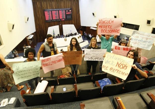 Grupo de jovens exibe cartazes contra Jair Bolsonaro