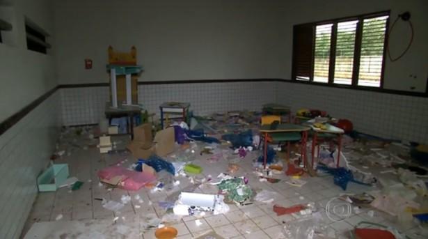 Restos do que sobrou da Biblioteca da UEB Pedro Marcosine Bertol permanece como foi deixado pelos vândalos